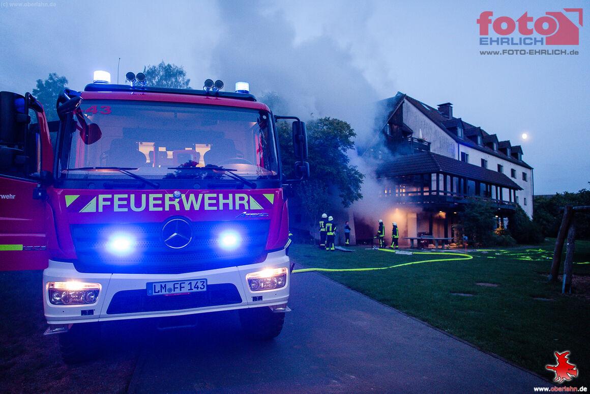 Löschfahrzeug der Feuerwehr Dauborn beim Löschangriff am unteren Gebäudeteil.