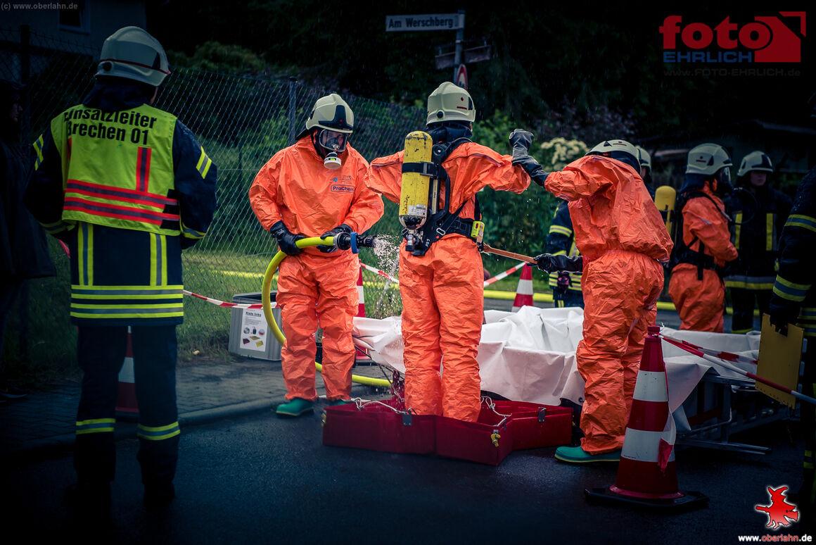 Notfalldekontaminationsplatz im Einsatz bei der Dekontamination der Feuerwehrleute, die im Gefahrenbereich waren